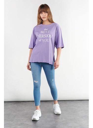 Levure Önü Baskılı Yanları Yırtmaçlı Oversize T-Shirt Lila